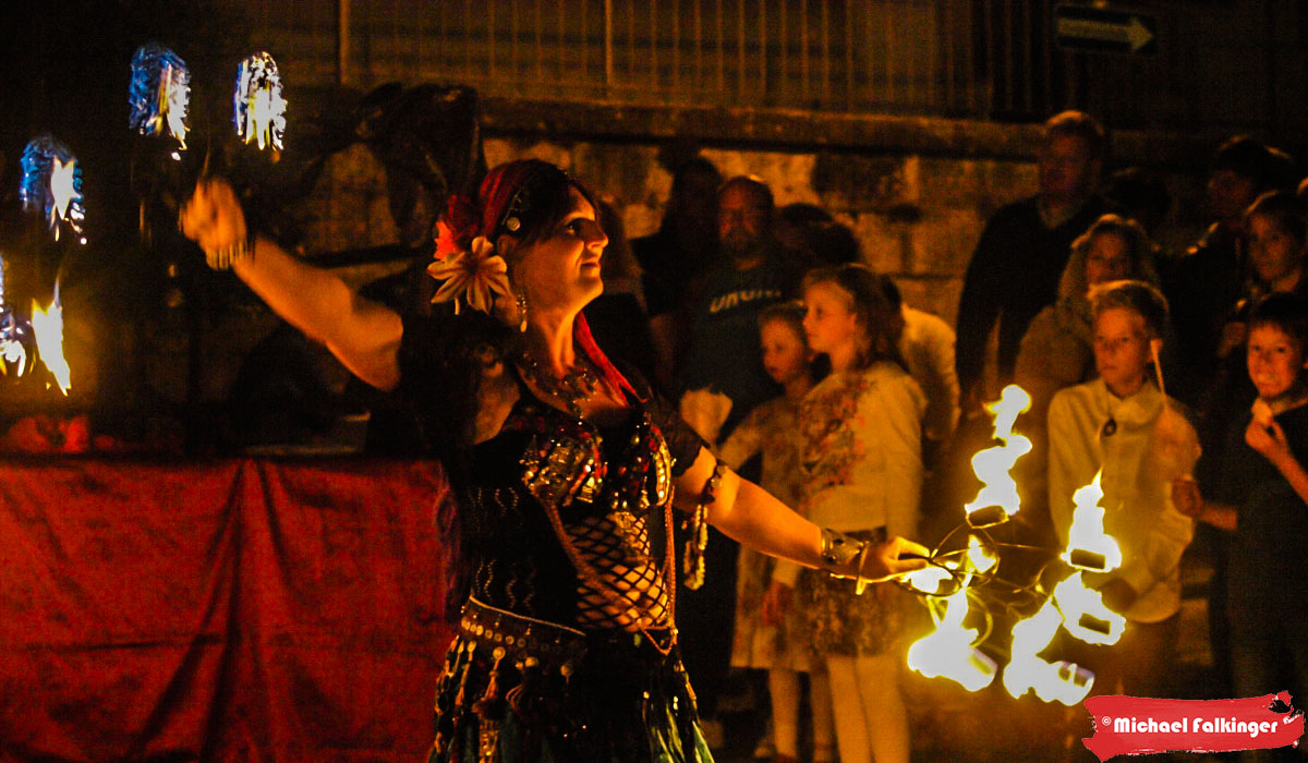Feuershow der Tribal-Tanzgruppe