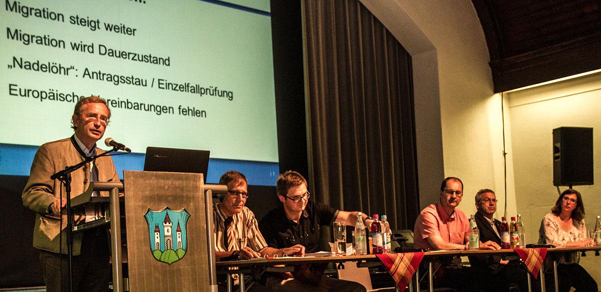 Regierungsdirektor Florian Amann spricht über die Flyüchtlingssituation im Landkreis.