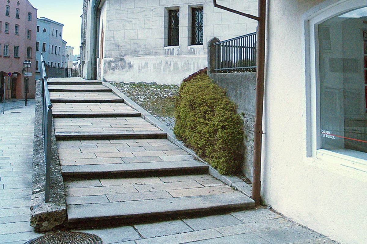 Der Treppenaufgang zur Stadtpfarrkirche wird zu einer Rampe umgebaut.