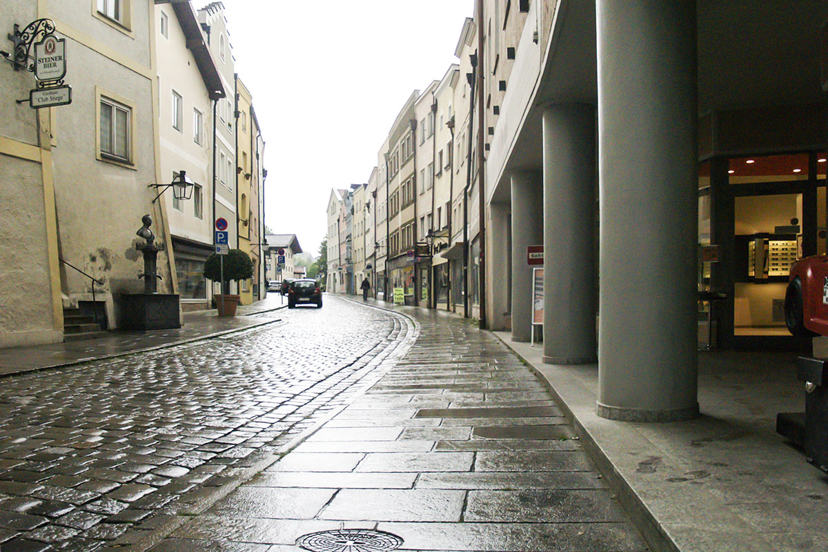 In der Hauptstraße wird der Gehsteig saniert.