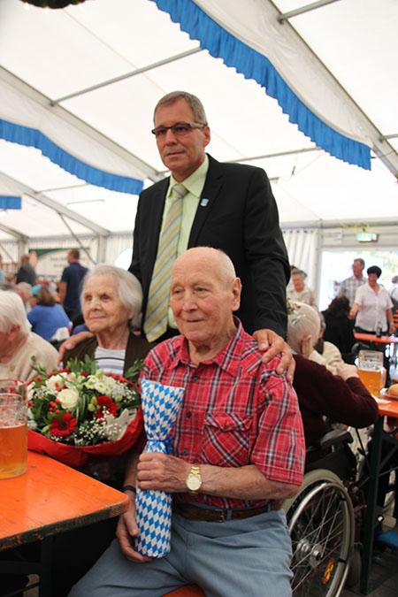 Bürgermeister Karl Schleid mit den ältesten Volksfestbesuchern.