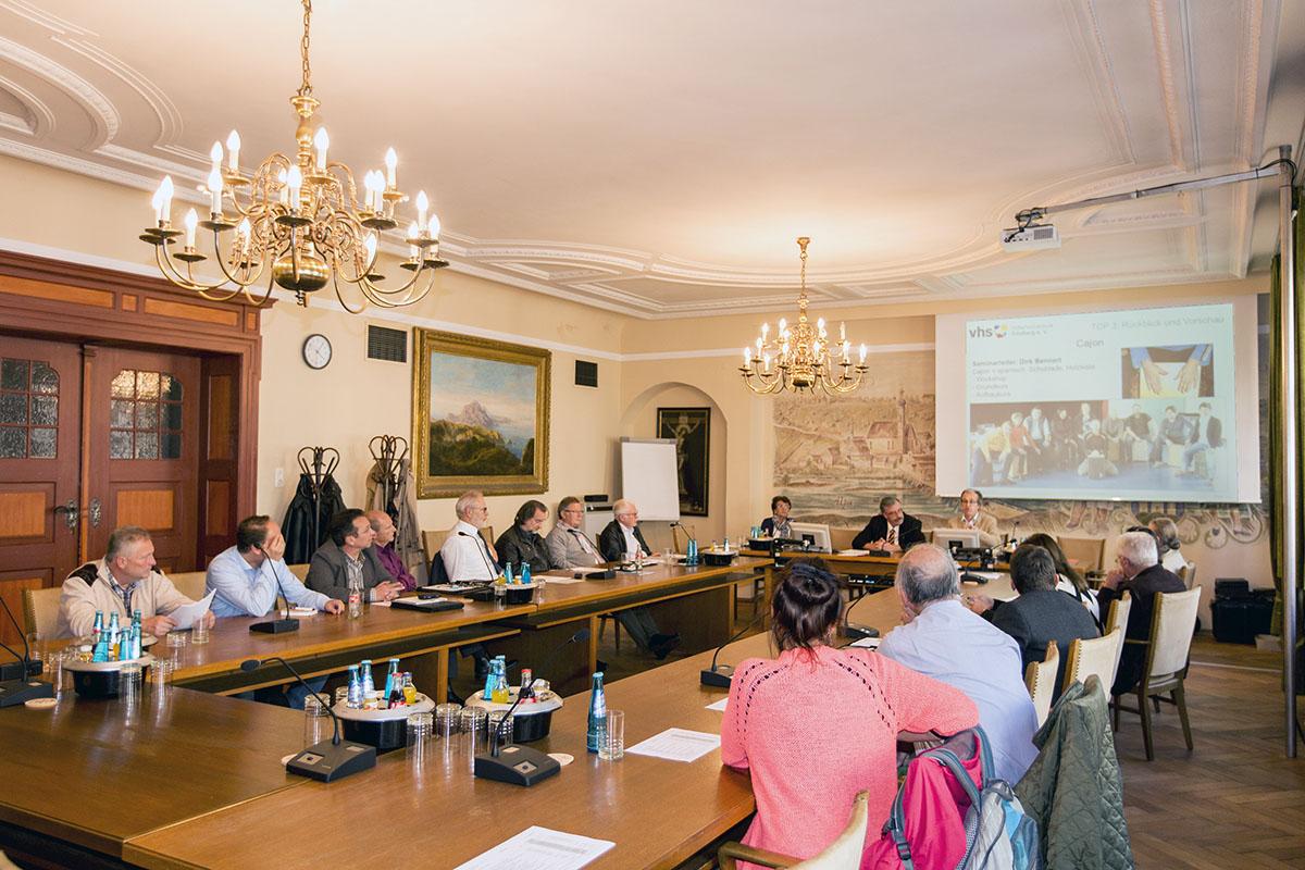 Kuartoriumssitzung der Volkshochschule Trostberg im großen Sitzungssaal des Rathauses.
